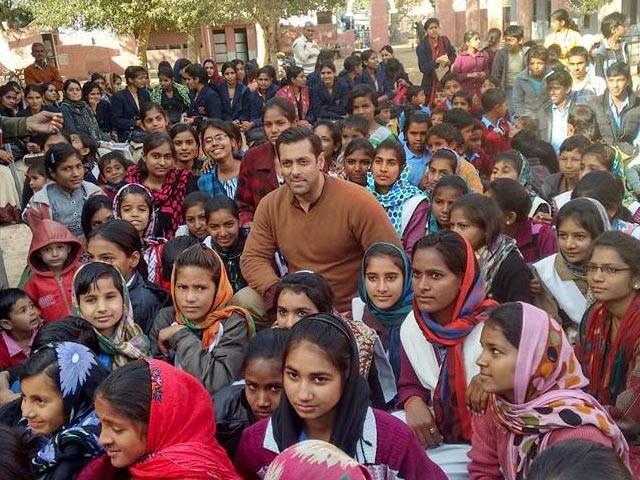 bajrangi bhaijaan salman khan with fans